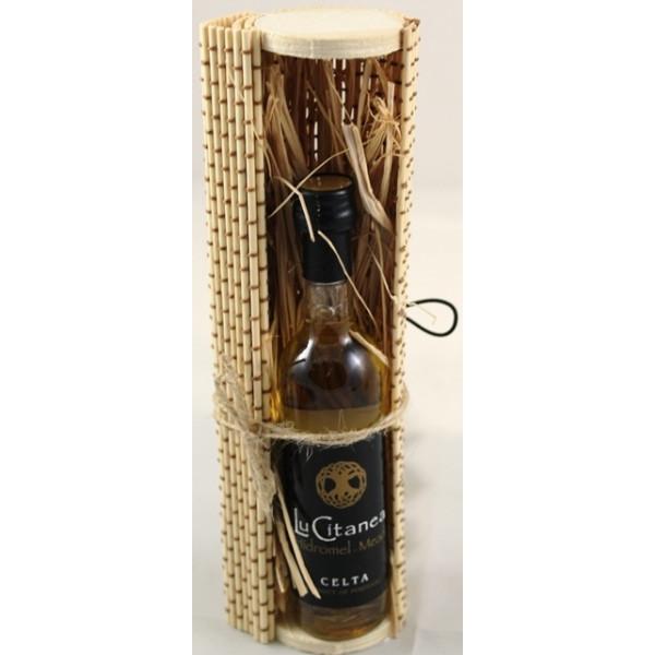 Caixa de bambu com garrafa de hidromel